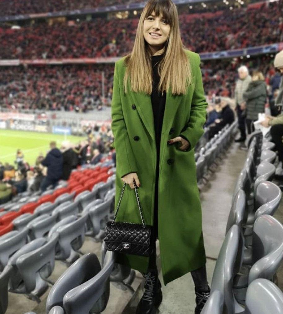 Anna Lewandowska w ciepłym, zielonym płaszczu