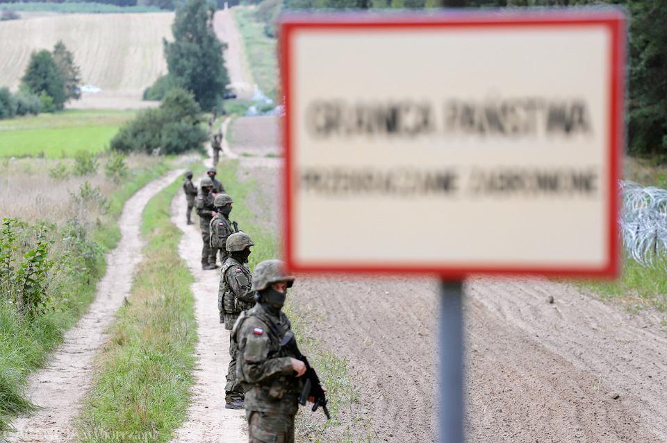 Wojsko (wbrew wojskowym przepisom - na mundurach żołnierz nie ma żadnych znaków pozwalających się zidentyfikować) i drut kolczasty... Przed konferencją prasową ministra spraw wewnętrznych w rządzie PiS Mariusza Błaszczaka (zapowiada, że zbuduje płot na granicy polsko-białoruskiej). Kopczany, 22 sierpnia 2021