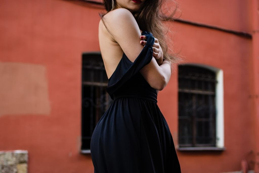 Makijaż do czarnej sukienki