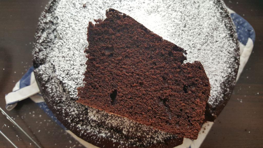Wbrew pozorom w kuchni precyzja nie zawsze jest konieczna. Na przykład żeby zrobić to ciasto czekoladowe, nie potrzebujecie ani wagi, ani miarek