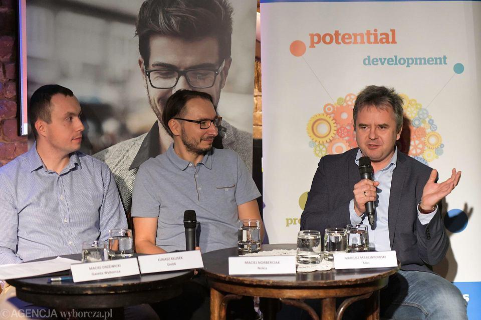 Uczestnicy debaty: Łukasz Kłusek (Unit4), Maciej Norberciak (Nokia) i Mariusz Marcinkowski (Atos)