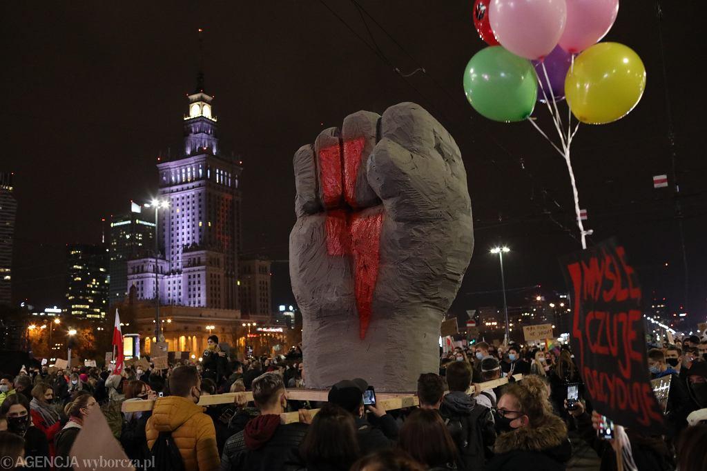 Błyskawica - symbol protestujących kobiet i ich sprzymierzeńców (zdjęcie ilustracyjne)