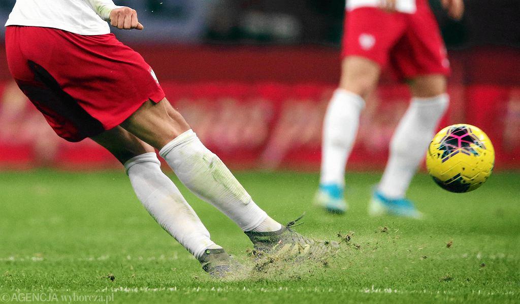 Zły stan murawy na Stadionie Narodowym podczas listopadowego meczu Polska-Słowenia .