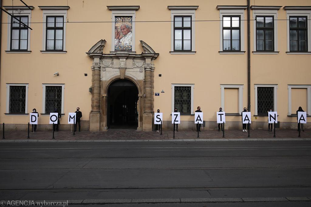 Protest kobiet przed krakowską kurią