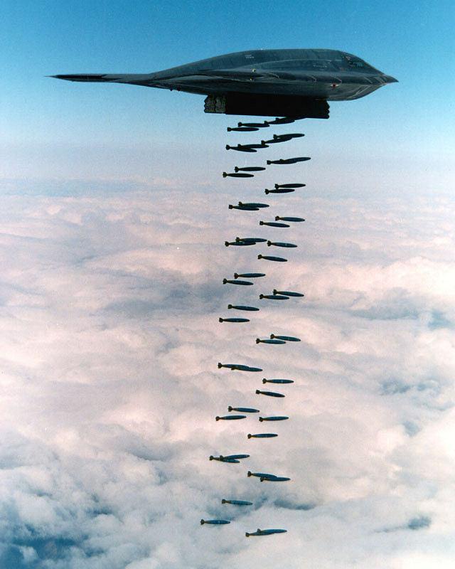 Na zdjęciu widać 47 zwykłych bomb Mk-82 o masie 230 kg każda, czyli nieco ponad połowa maksymalnego ładunku B-2. Po dodaniu układu naprowadzania każda zwykła bomba Mk-82 może zostać precyzyjną GBU-82