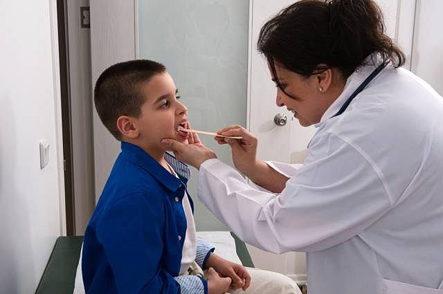 Infekcje wirusowe to najczęstsza przyczyna zapalenia migdałków