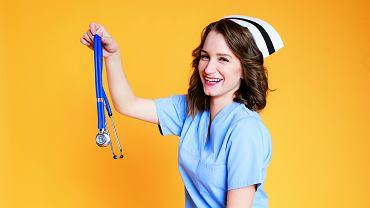 Weronika Nawara - pielęgniarka, autorka książki 'W czepku urodzone. O niewidzialnych bohaterkach szpitalnych korytarzy'. Prowadzi bloga 'W czepku urodzona'. W zawodzie od dwóch lat