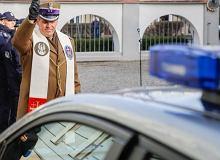 Cztery elektryczne radiowozy przywitane w Kielcach z najwyższymi honorami. Byli m.in. komendant, kapelan i posłanka