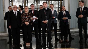 Minister sprawiedliwości i prokurator generalny Zbigniew Ziobro w otoczeniu posłów Solidarnej Polski.