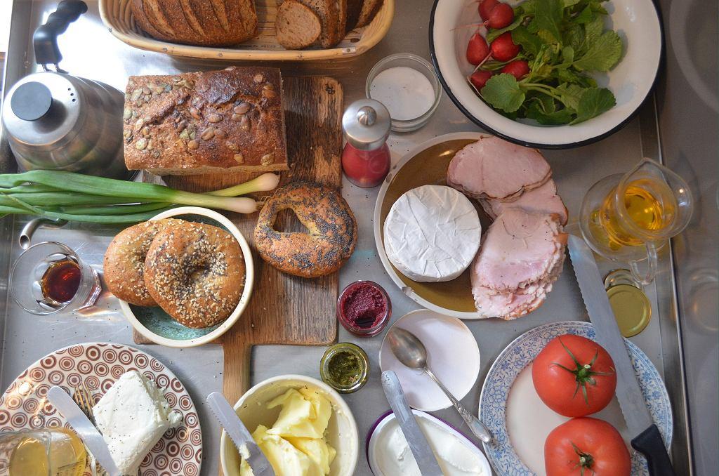 Żeby pieczywo w poniedziałek trafiło na stoły, trzeba je zacząć robić już w sobotę (fot. Zbroja / pracownia GODny)