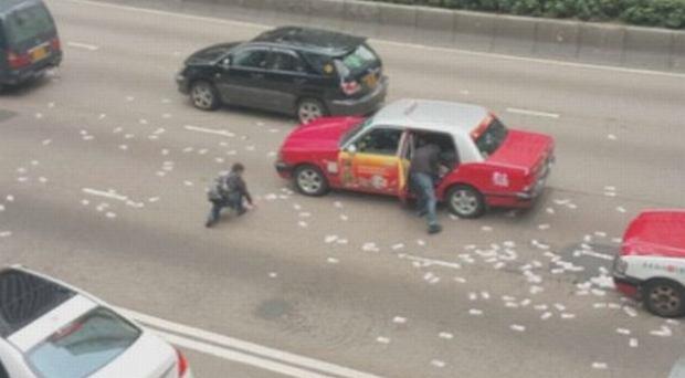 Z furgonetki w centrum Hongkongu wypadły 2 mln dolarów amerykańskich