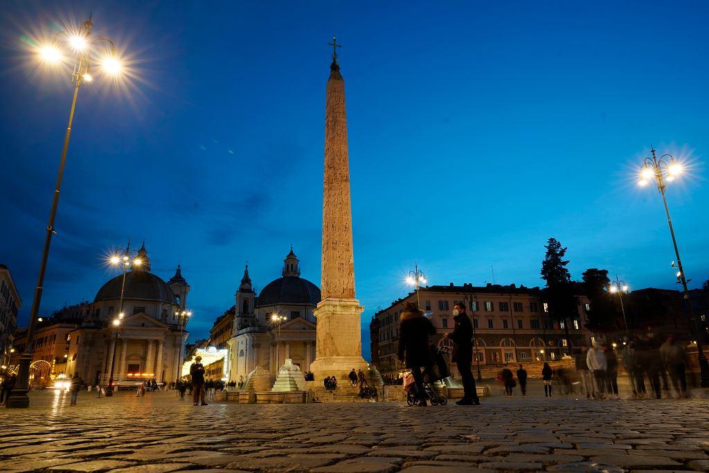 Włochy walczą z koronawirusem. Przechodnie na Piazza del Popolo w Rzymie.