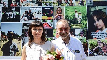 Marzena Dębska ze zmarłym niedawno mężem Romualdem podczas pikiety zorganizowanej przez rodziców dzieci uratowanych przez lekarzy ze Szpitala Bielańskiego