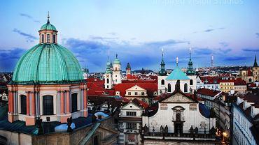 Praga. W Pradze żyje około 1 milion 250 tysięcy mieszkańców, podczas gdy rocznie do miasta przyjeżdża ponad 6 milionów turystów (większość z nich to Niemcy).