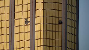 Strzelanina w Las Vegas. 64-letni Stephen Paddock z Nevady otworzył ogień z broni automatycznej. Z 32. piętra pokoju celował do ludzi bawiących się na koncercie country. Zginęło co najmniej 58 osób, a ponad 500 jest rannych. Na zdjęciu: rozbite okna w hotelu, z którego padły strzały.
