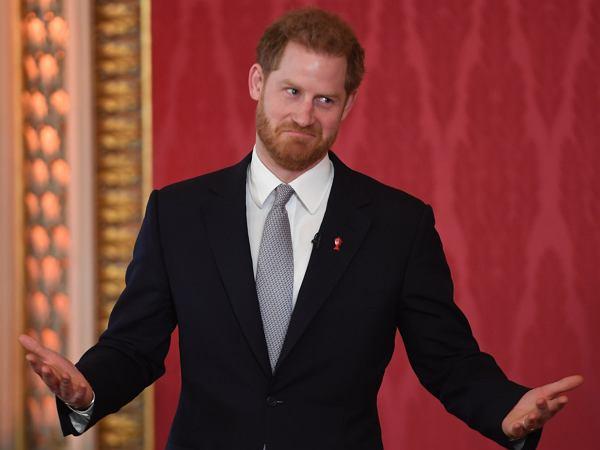 Już wiadomo, jak książę Harry radzi sobie z opuszczeniem rodziny królewskiej. Jak zachowuje się za kulisami?