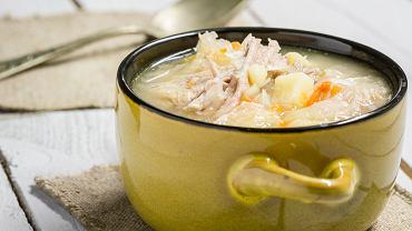 Kapuśniak z kiszonej kapusty jest jedną z bardziej znanych polskich zup. Sięgamy po niego szczególnie zimą, gdy dostęp do sezonowych, świeżych warzyw jest utrudniony.