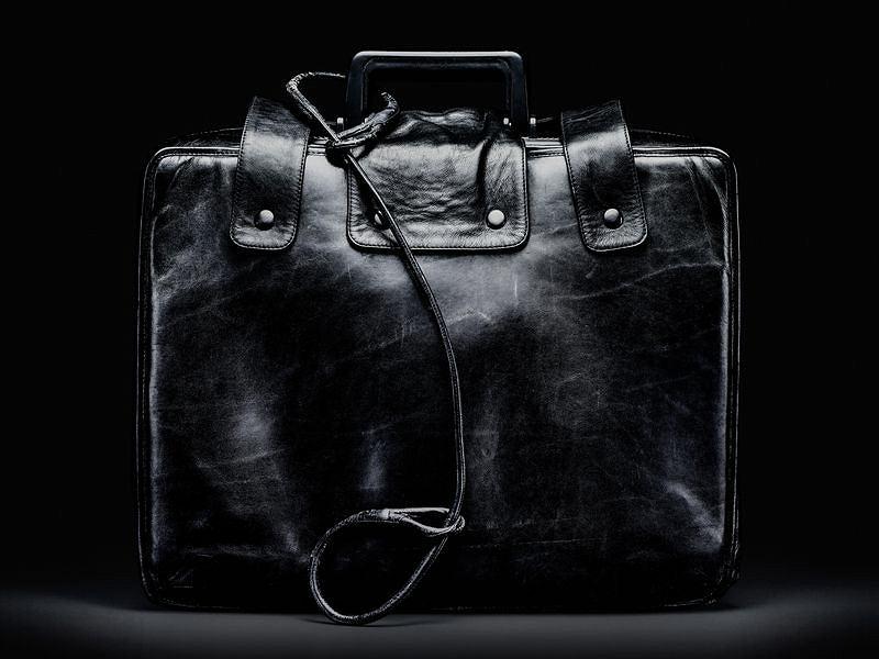 Starszy model walizki zawierającej wszystko, co potrzebne prezydentowi do uruchomienia arsenału jądrowego