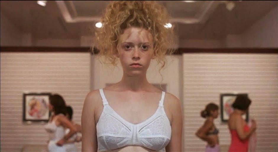 Natasha Lyonne w filmie 'Slumsy Beverly Hills' mierzy stanik, którego boją się wszystkie dziewczyny/fot. mat. prasowe