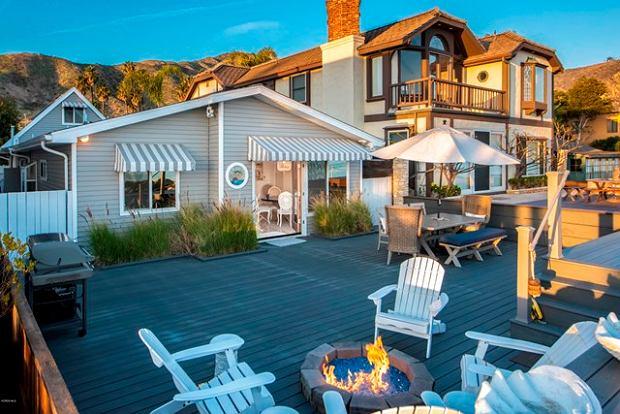 Posiadłość położona nad oceanem, również wystawiona na sprzedaż.