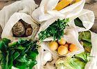 Nowy trend w polskim handlu: bawełniane woreczki, tatuowanie warzyw i bioopakowania. Sklepy chcą zarobić na ekologii. Jak?