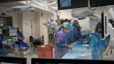 Chirurdzy naczyniowi z Kliniki Chirurgii Naczyń i Transplantacji Uniwersyteckiego Szpitala Klinicznego w Białymstoku po raz pierwszy w Polsce wszczepili pacjentowi nowy rodzaj stent-graftu