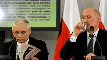Jarosław Kaczyński i Antoni Macierewicz podczas posiedzenia parlamentarnego zespołu smoleńskiego. 10 kwietnia 2013 r.