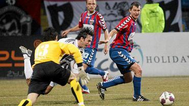 Mecz I ligi Polonia Bytom - Sandecja. Piotr Kulpaka (z prawej)