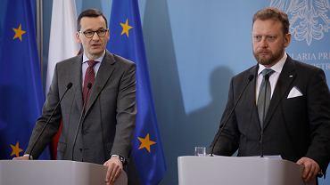 Warszawa , ul. Ujazdowskie 1/3 . Premier rządu PiS Mateusz Morawiecki i minister zdrowia Łukasz Szumowski podczas konferencji prasowej .