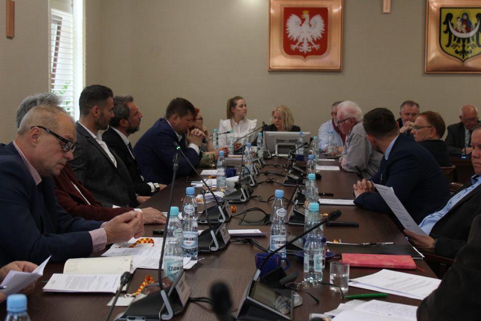 PiS straszy Bezpartyjnych, że rada miejska w Lubinie będzie rozwiązana.