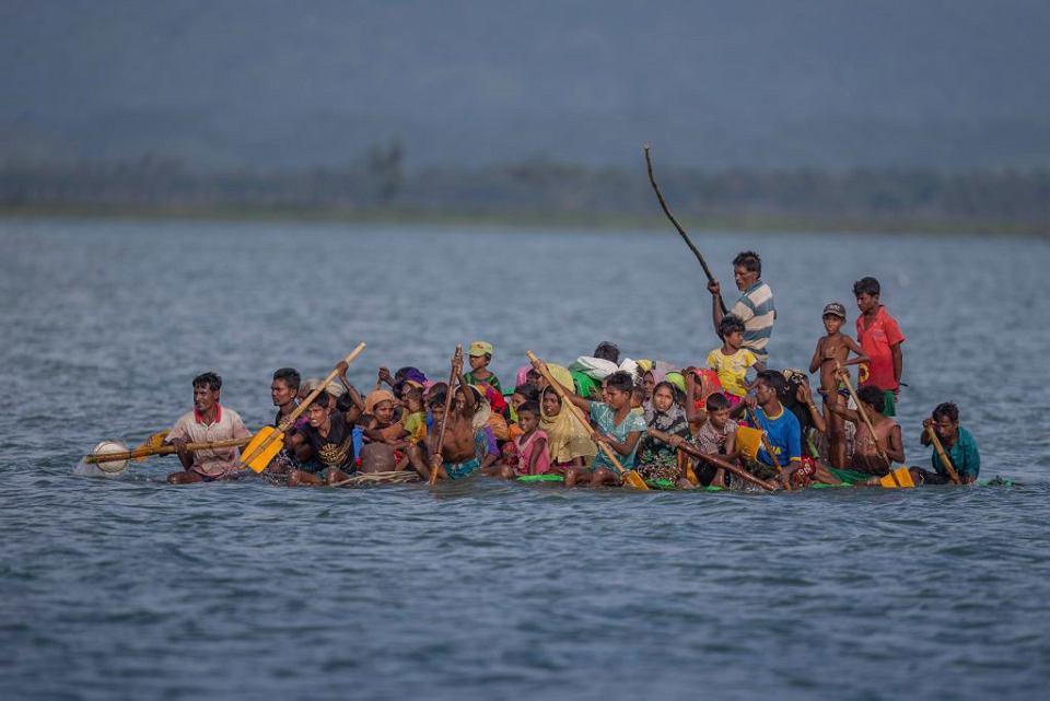 Rohingya na prowizorycznej tratwie uciekają przez rzekę Naf z Mjanmy do Bangladeszu. 12 listopada 2017 r.
