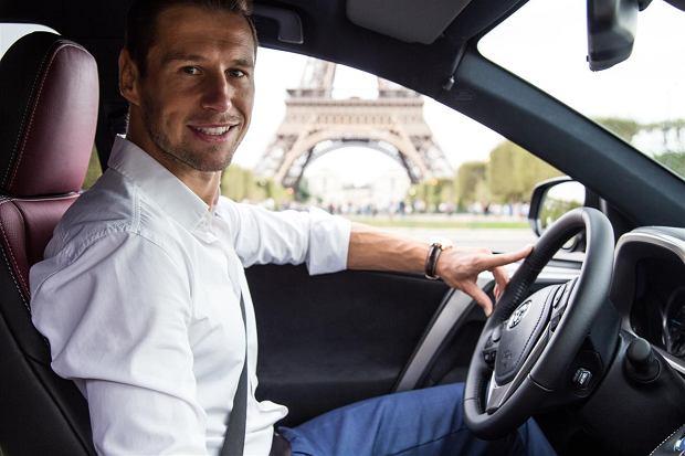 Grzegorz Krychowiak i Toyota RAV4 w Paryżu
