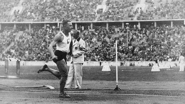 Karol Hoffmann podczas konkursu trójskoku na olimpiadzie w Berlinie, 1934 r.