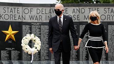 Joe Biden i jego żona Jill Biden składający kwiaty w parku pamięci w Delaware