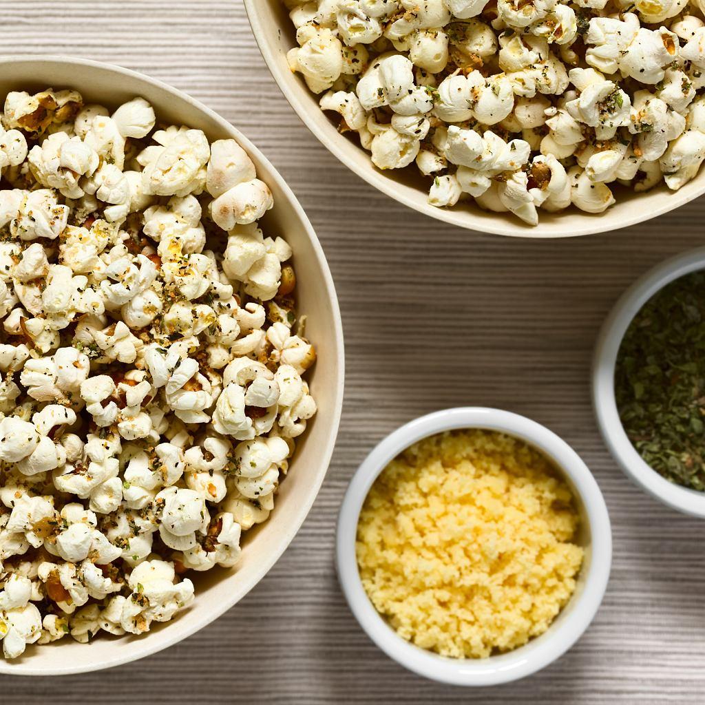 Popcorn z parmezanem i ziołami