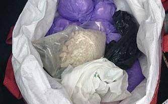 18-latek trzymał w samochodzie ponad 4 kilogramy amfetaminy, haszyszu i mefedronu.