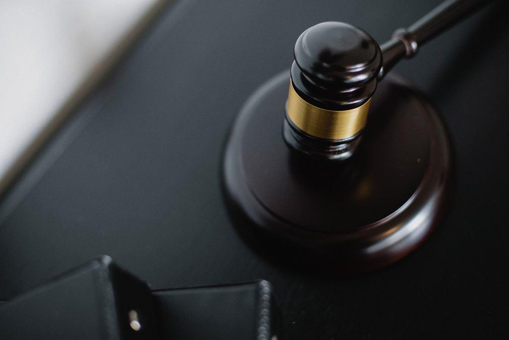 Pani X została uznana za winną nękania telefonami i sms-ami swego męża i skazana na ograniczenie wolności w postaci 20 godzin prac społecznych przez cztery miesiące