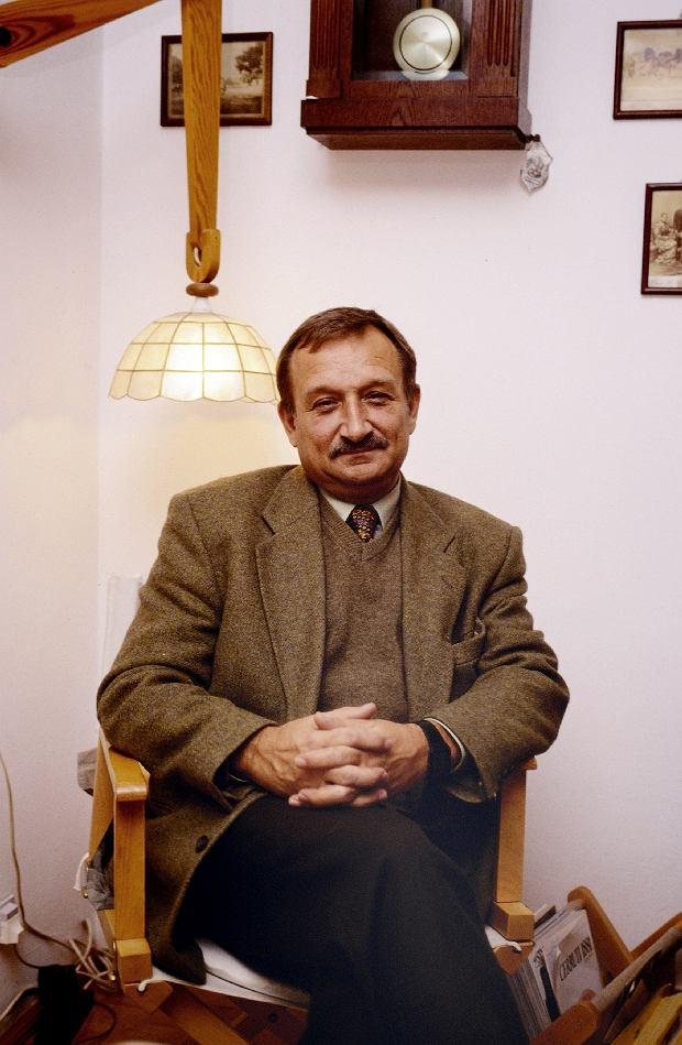 Warszawa, ok. 1996. Kazimierz Kaczor, aktor, nz/ w swoim mieszkaniu. Fot. Darek Majewski / FORUM