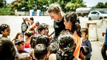 Czerwiec, 2016 rok. Grupa wolontariuszy bawi się z dziećmi w obozie dla uchodźców w Sindos (Grecja)