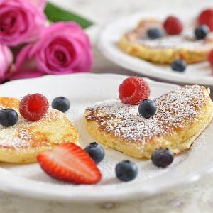 Śniadanie na Dzień Matki to super prezent. Przygotujmy dla niej coś pysznego. Mus czekoladowy z pomarańczą, pankejki z karmelem, a może kokosową owsiankę?