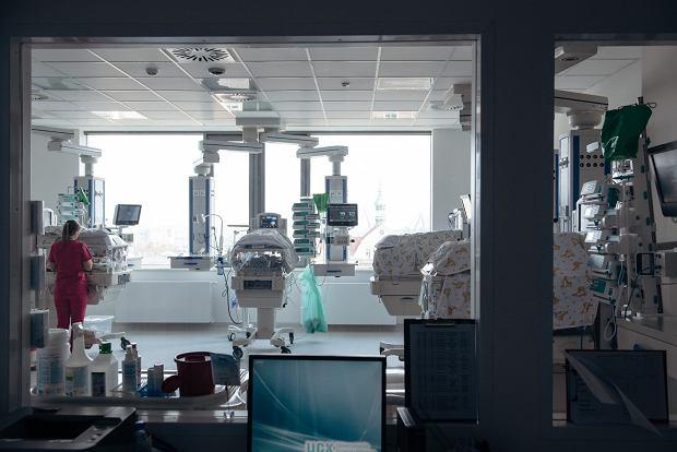 W szpitalu wśród lekarzy tworzą się frakcje - jeden lekarz ma niekiedy zupełnie inne zdanie niż drugi. Nie do końca wiadomo, kogo słuchać, komu wierzyć' (fot: Bartosz Banka/ Agencja Gazeta)