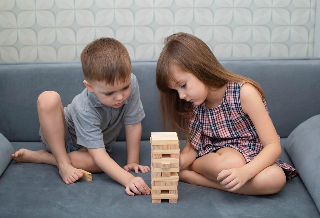 Dzieci grające w Jengę