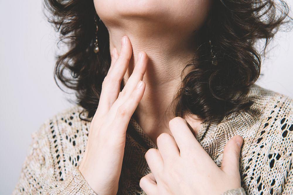 Wirusy powodujące zapalenie tchawicy przenoszą się drogą kropelkową.