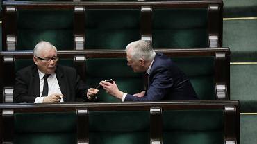 Jarosław Kaczyński i Jarosław Gowin na sali sejmowej