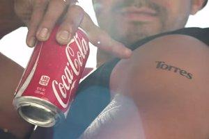 Tatuaż z własnym nazwiskiem? Jedyne, czego potrzeba, to puszka coli