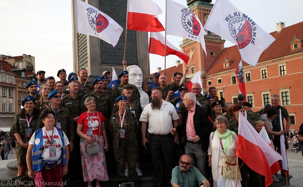 Popiersie Romana Dmowskiego podczas marszu nacjonalistów, 26 czerwca 2021 r., Warszawa