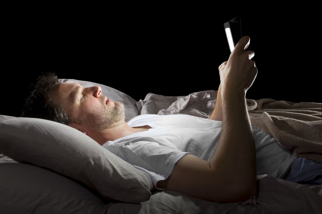 Czytanie przed snem z ekranów telefonów czy tabletów może dodatkowo utrudnić zaśnięcie (fot. Shutterstock.com)