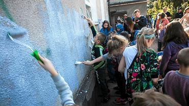 Akcja zamalowywania napisów na szkole przy ul. Tuchowskiej