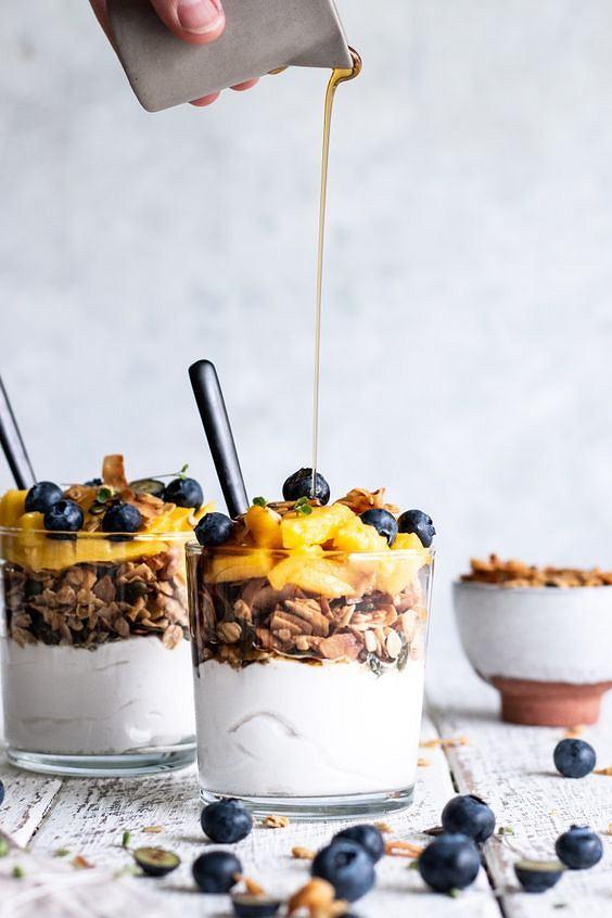 Jogurt z granolą sprawdza się doskonale w roli lekkiego śniadania