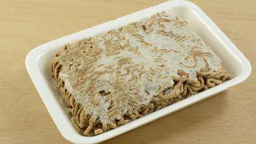 Resztki jedzenia, które zalegają w lodówce od kilku dni czy niezbyt atrakcyjne już przybory kuchenne, to rzeczy które niekiedy trudno jest wyrzucić.